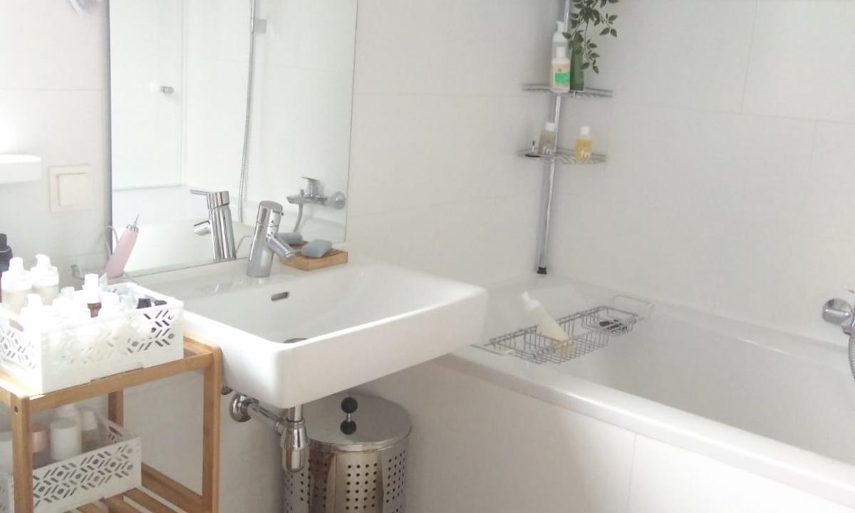 Waschbecken mit großem Spiegel, Badewanne