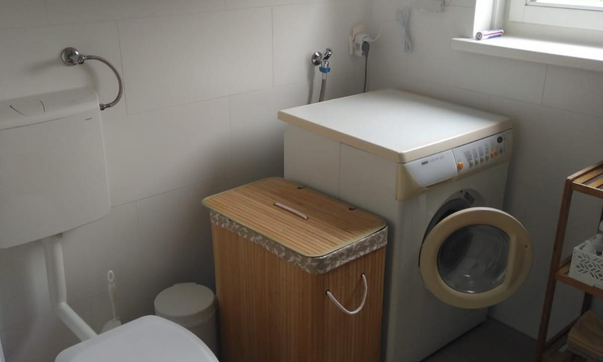 Waschmaschine mit Badezimmerschrank, Toilette